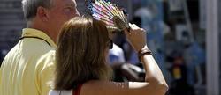 Una mujer se protege del Sol con un abanico en Madrid | Efe
