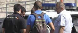 El camionero, a la derecha, a su llegada a Tarifa | EFE