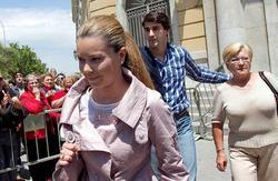 Campanario, Jesulín y la madre de ella salen de los juzgados en 2011. | Efe