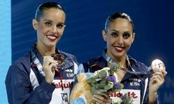 Ona Carbonell y Marga Crespí posan con la medalla de bronce. | EFE