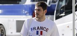 Casillas acude a la concentración con una camiseta de Francia. | EFE
