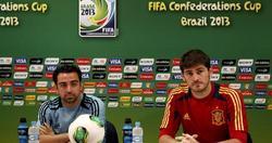 Iker Casillas (d), en rueda de prensa junto a Xavi Hernández. | EFE