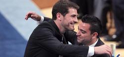 Casillas y Xavi se abrazan después de recoger el premio.   EFE