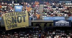 Una gran pancarta independentista presidió la grada del Palau Sant Jordi. | EFE