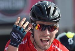 Mark Cavendish celebra su victoria en la meta de Cherasco. | EFE