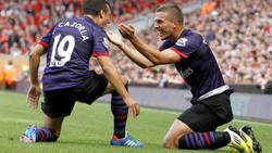 Lukas Podolski celebra su gol con Santi Cazorla.   Foto: arsenalfc.com