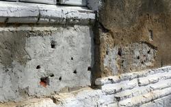La pared agujereada a balazos por el fusilamiento de Nicolae Ceausescu | Cordon Press