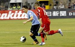 Cebolla Rodríguez controla el balón ante Oday Zahran. | EFE