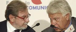 Juan Luis Cebrián y Felipe González durante el acto   EFE