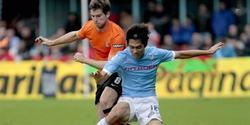 Ju Young Park intenta controlar el balón ante el defensa de la Real Sociedad, Iñigo Martínez.   EFE