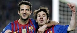 Leo Messi (i) celebra su primer gol junto a Cesc. | EFE