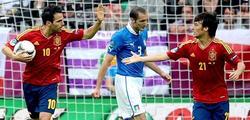 Silva (d) felicita a Cesc Fábregas por su gol a Italia. | EFE