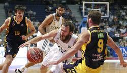 Sergio Rodríguez intenta superar la defensa del griego Dimitris Haritopoulos. | EFE