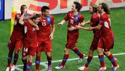 Vaclav Pilar (2-izq), celebra su gol, ante Grecia, junto a sus compañeros. | EFE