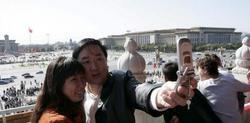 Dos turistas chinos se sacan una fotografía con el móvil | Efe