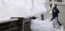 Una ola sorprende a un viandante en Gijón en la ciclogénesis explosiva de 2010.