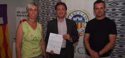 Jorge Campos y los padres denunciantes.