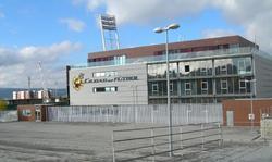 Fachada del edificio principal de la Ciudad del Fútbol, sede de la RFEF.