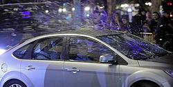 Momento en el que se ataca uno de los coches | EFE