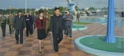 Kim Jong-un, paseando con su mujer, en una imagen de la televisión oficial norcoreana. | EFE