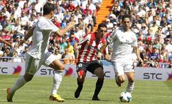 Cristiano Ronaldo e Isco intentan frenar a Aritz Aduriz. | EFE