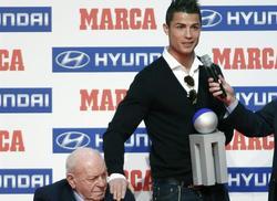 Cristiano Ronaldo recibió un premio de manos de Di Stefano