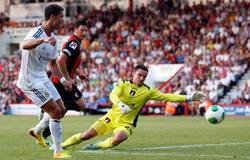 Cristiano Ronaldo bate al portero del Bournemouth, Flahavan. | Cordon Press