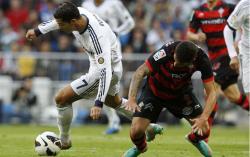 Cristiano Ronaldo se lleva el balón ante Hugo Mallo. | EFE