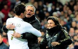 Cristiano se abraza con Mourinho para celebrar un gol. | Cordon Press/Archivo