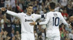 Cristiano Ronaldo celebra con Özil su gol al Málaga.   EFE