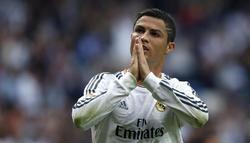Cristiano celebra su gol pidiendo perdón a la grada.   EFE