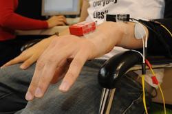Sensores en el brazo de un paciente | CSIC