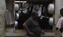 Un hombre espera junto a una tienda privada de utensilios de cocina en La Habana. | Cordon Press