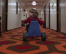 Danny Torrance, por los pasillos del Overlook en el film de Kubrick.