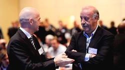 Del Bosque conversa con el secretario general de la UEFA, Gianni Infantino.   EFE