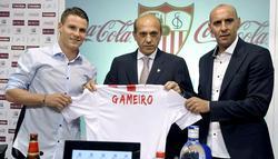 Kevin Gameiro (i), durante su presentación junto a Del Nido (c) y Monchi. | EFE