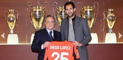 Diego López posa con la camiseta junto a Florentino Pérez.   realmadrid.com