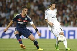 Di María controla el balón ante Maxime Gonalons. | EFE