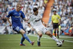 Di María (d) protege el balón ante Jeremy Mathieu. | EFE