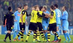 Jugadores del Dortmund discuten con los del Nápoles durante un lance del partido. | EFE