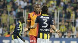 Drogba discute con un jugador rival durante el Fenerbahce-Galatasaray. | Cordon Press