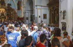 Los turistas se agolpan ante la obra   EFE