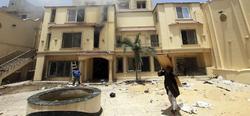 Un opositor al presidente egipcio saca una puerta tras el asalto de la sede de los Hermanos Musulmanes   EFE