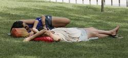 Dos chicas descansan en una zona verde en Madrid. | EFE