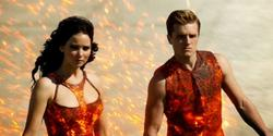 Jennifer Lawrence y Josh Hutcherson, En llamas