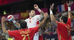 Gedeón Guardiola (d) y Joan Cañellas (i) defienden sobre el croata Blazenko Lackovic (c). | EFE