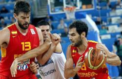 Calderón (d) avanza con el balón mientras Marc Gasol (i) bloquea a Cinciarini. | EFE