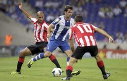 Víctor Sánchez (c) controla el balón ante Mikel Rico (i) y De Marcos.   EFE