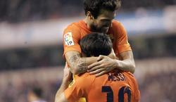 Fàbregas y Messi celebran el cuarto tanto del Barcelona. | EFE