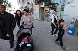 Leonarda Dibrani pasea junto a su familia, este sábado, en Mitrovica. | EFE